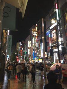 秋雨降る新宿の夜