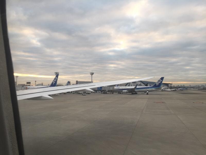 伊丹空港に到着したANA985便から眺める光景(その1)