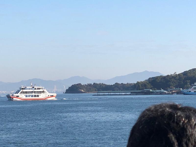 JR西日本宮島フェリー船内の光景