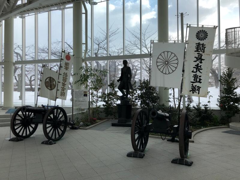 土方 歳三のブロンズ像と大砲
